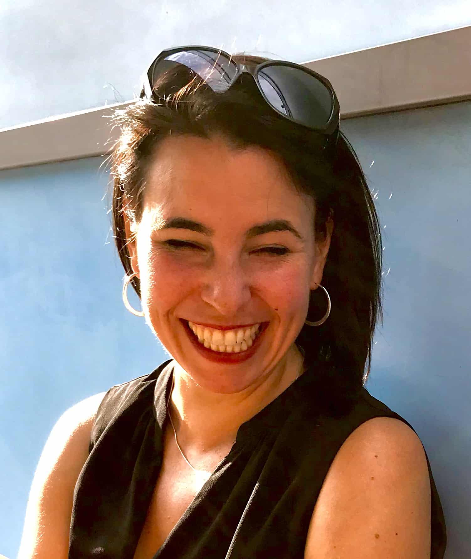 Nicole Portrait vor blauer Wand